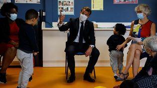 Emmanuel Macron lors d'une visite d'un centre de protection maternelle et infantile (PMI), mercredi 23 septembre 2020 à Longjumeau (Essonne). (LUDOVIC MARIN / AFP)