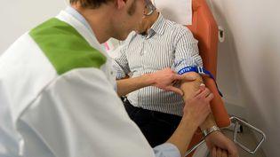 Une prise de sang dans un laboratoire d'analyses medicales, le 4 janvier 2010 au sein de la gare RER de la Defense, à Puteaux près de Paris. (VALINCO / SIPA)