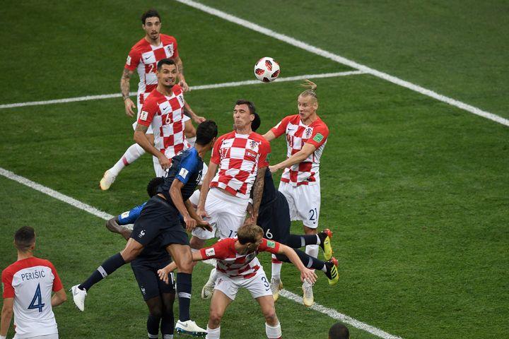 Le Croate Mario Mandzukic dévie le coup franc d'Antoine Griezmann dans ses propres buts, dimanche 15 juillet à Moscou (Russie), en finale de la Coupe du monde. (GABRIEL BOUYS / AFP)