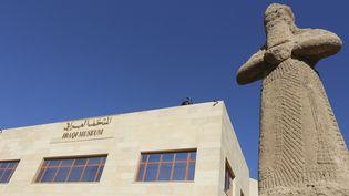 L'entrée duMusée national de Bagdad, avec une statue du dieu de la sagesse et de la connaissance, Nabu, datant du VIIIe siècle avant JC.  (SABAH ARAR / AFP)