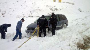 La police fédérale aide un automobiliste coincé par la neige dans les montagnes de l'Etat de Chihuahua, au Mexique, le 28 décembre 2015. (COMISION NACIONAL DE SEGURIDAD / AFP)