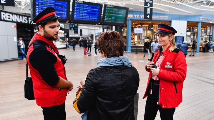Des agents de la SNCF renseignent une voyageuse, le 20 octobre 2019, à Rennes (Ille-et-Vilaine). (VALENTIN BELLEVILLE / HANS LUCAS / AFP)