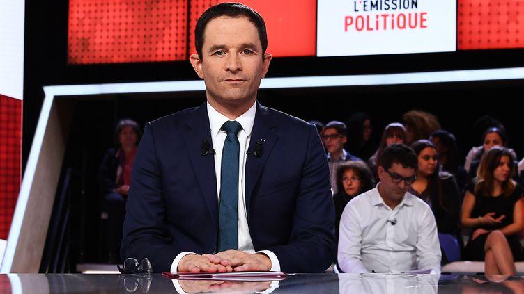 """Benoît Hamon, candidat à l'élection présidentielle, sur le plateau de""""L'Emission politique"""" de France 2, le 9 mars 2017. (GABRIEL BOUYS / AFP)"""
