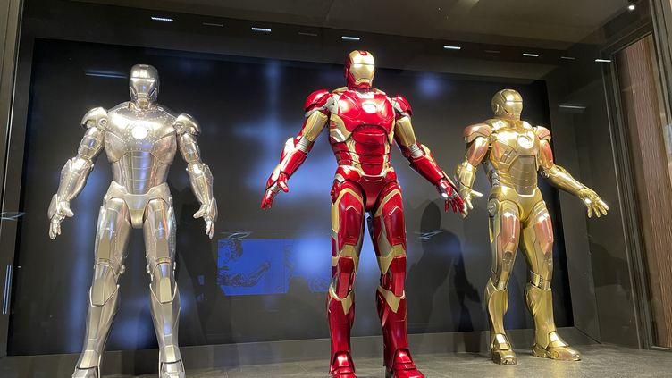 """Trois armures d'Iron Man en taille réelle sont exposées dans le hall d'entrée de l'hôtel """"New York - The Art of Marvel"""". (Anthony Jammot)"""
