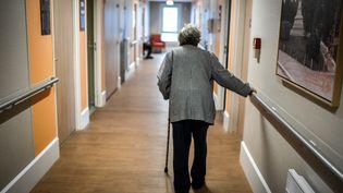 Une personné âgée dans un couloir d'un Ehpad à Paris. (STEPHANE DE SAKUTIN / AFP)