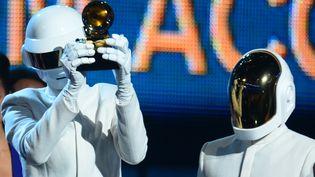 """Le duo casqué Daft Punk reçoit le Grammy du meilleur enregistrement de l'année pour son titre """"Get Lucky"""", le 26 janvier 2014, à Los Angeles (Californie). (FREDERIC J. BROWN / AFP)"""