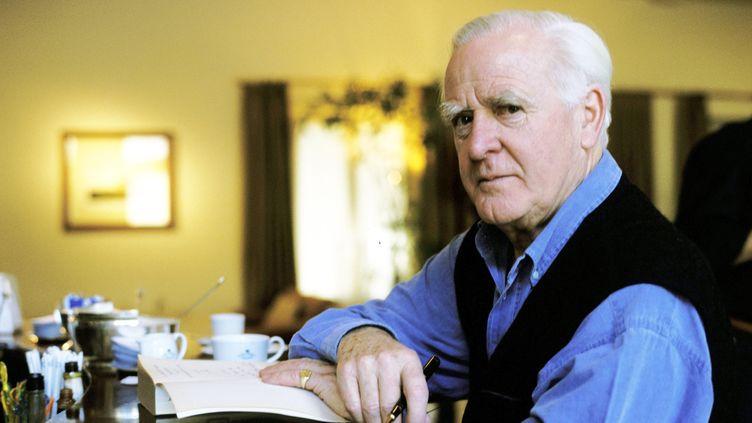 L'écrivain et ancien agent secret John le Carré, le 12 décembre 2001 à Courmayeur (Italie). (LEONARDO CENDAMO / HULTON ARCHIVE / GETTY)