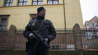 Un policier garde une synagogue à Copenhague (Danemark), le 15 février 2015. (ODD ANDERSEN / AFP)
