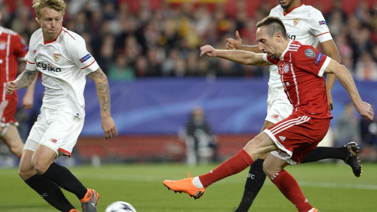 Franck Ribéry sous le regard de Steven N'Zonzi (CRISTINA QUICLER / AFP)