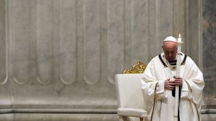 Le pape François tient une bougie alors qu'il préside la veillée du samedi saint de Pâques tenue à huis clos à la basilique Saint-Pierre du Vatican, le 11 avril 2020 (photo d'illustration). (REMO CASILLI / POOL / AFP)