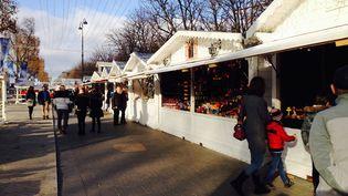 Le marché de Noël des Champs-Elysées, à Paris, le 21 décembre 2015. (CAMILLE ADAOUST / FRANCETV INFO)