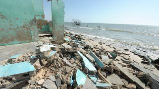 Les ruines d'une maison du village deDoun Baba Dieye (Sénégal), détruite par la montée du niveau de l'Atlantique,le 7 mai 2013. (SEYLLOU / AFP)