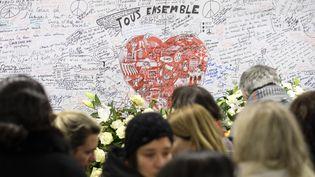 Le 22 mars 2018, à lastation de métro Maelbeek à Bruxelles (Belgique), des personnes se retrouvent encommémoration des attentats qui avaient eu lieu le 22 mars 2016, faisant 32 morts et 324 blessés. (POOL OLIVIER HOSLET / BELGA MAG / AFP)