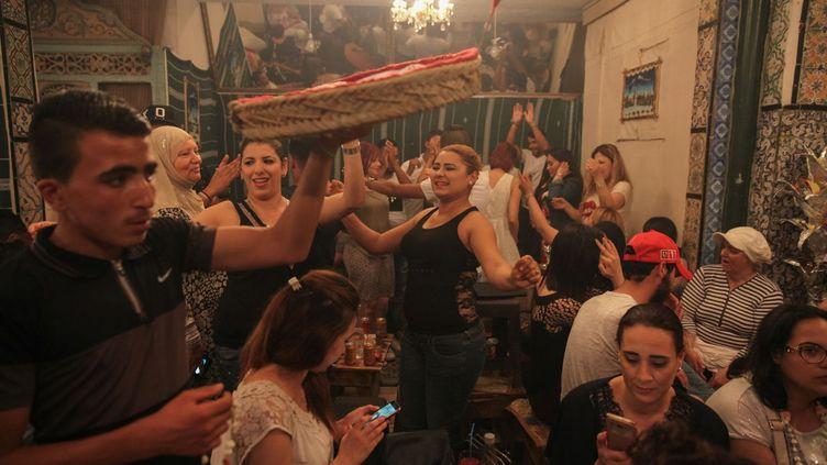 La nuit venue, les musulmans prennent le repas appelé «iftar» (de l'arabe «fitr», manger). Ils se réunissent alors pour manger, chanter, danser, comme ici, le 10 juin 2017, dans les rues et les passages étroits de la médina de Tunis, classée au Patrimoine mondial de l'Unesco. Alors que la chaleur de la journée est quelque peu retombée. L'étymologie du mot ramadan, en arabe, désignerait le «mois de la grande chaleur». (AFP - CITIZENSIDE - Chedly Ben Ibrahim - Citizenside)