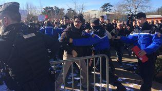 Des manifestants sont contenus par la gendarmerie, le 27 janvier 2018, à Saint-Aignan-de-Grandlieu (Loire-Atlantique). (ELEONORE DUPLAY / FRANCE 3)