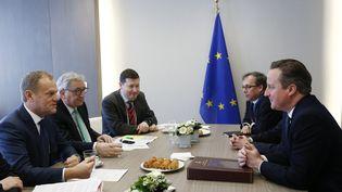 David Cameron (à droite), lors des négociations avec le président du parlement européen Donald Tusk (à gauche), et du président de la Commissioneuropéenne Jean-Claude Junker. (FRANCOIS LENOIR / AFP)