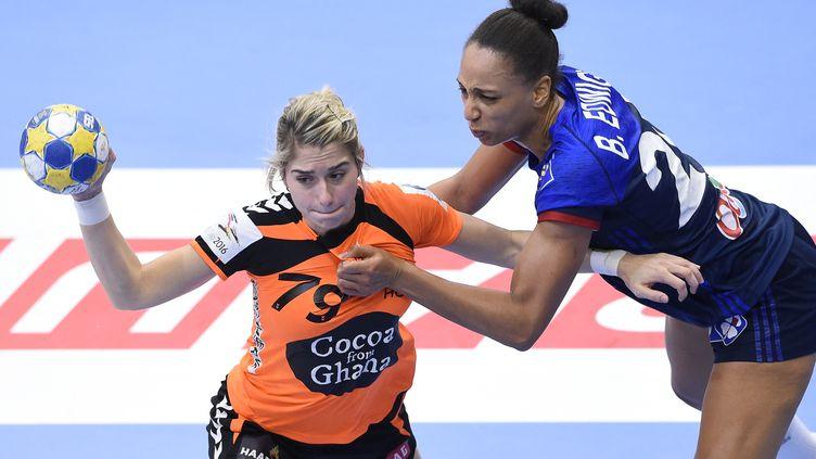 La Françaises, Beatrice Edwige, tente de stopper l'Hollandaise, Estavan Polman. (JONATHAN NACKSTRAND / AFP)