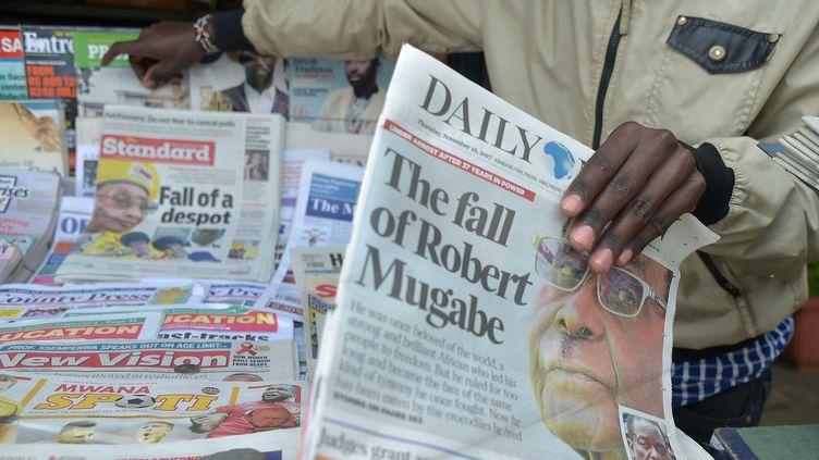 """La une des journaux consacrées à la """"chute de Robert Mugabe"""", à Nairobi (Kenya), le 16 novembre 2017. (SIMON MAINA / AFP)"""