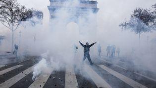 """Des affrontements sur la place de l'Etoile, lors de la manifestation des """"gilets jaunes"""" à Paris, le 1er décembre 2018. (YANN CASTANIER / HANS LUCAS / AFP)"""