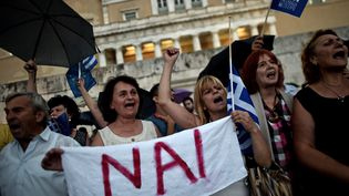 """Des partisans du """"oui"""" au référendum organisé en Grèce manifestent devant le Parlement, mardi 30 juin 2015 à Athènes. (ARIS MESSINIS / AFP)"""