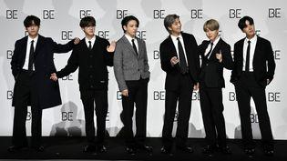 """Le groupe sud-coréen BTS lors de l'annonce de la sortie de leur nouvel album """"BE (Deluxe Edition)"""" à Séoul le 20 novembre. (JUNG YEON-JE / AFP)"""