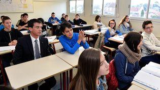Le Premier ministre Manuel Valls et la ministre de l'Education nationale Najat Vallaud-Belkacem au milieu d'élèves du collège Lamartine de Soissons (Aisne), le 13 mai 2015. (JEAN-MARIE CHAMPAGNE / POOL / AFP)