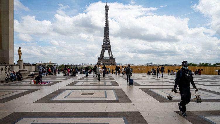 Vue de la tour Eiffel depuis le Trocadéro, à Paris, le 8 mai 2021. (RICCARDO MILANI / HANS LUCAS / AFP)