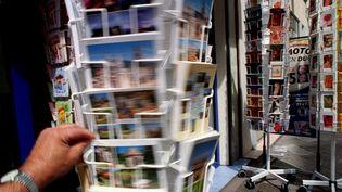 Avec l'été, le marché des cartes postales connaît ses plus belles heures. (MAXPPP)