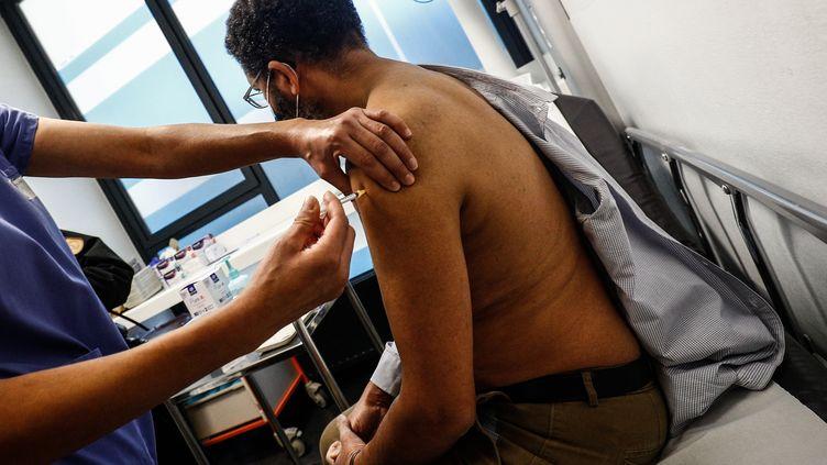Vaccination d'un soignant à l'Hôtel-Dieu à Paris (France) le 2 janvier 2021 (SAMEER AL-DOUMY / AFP)