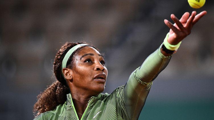 Serena Williams a disputé la toute première night session de l'histoire de Roland-Garros lundi 31 mai 2021. (ANNE-CHRISTINE POUJOULAT / AFP)