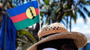 Un homme portant le drapeau Kanak sur son chapeau à Nouméa, le 24 septembre 2020. (THEO ROUBY / AFP)