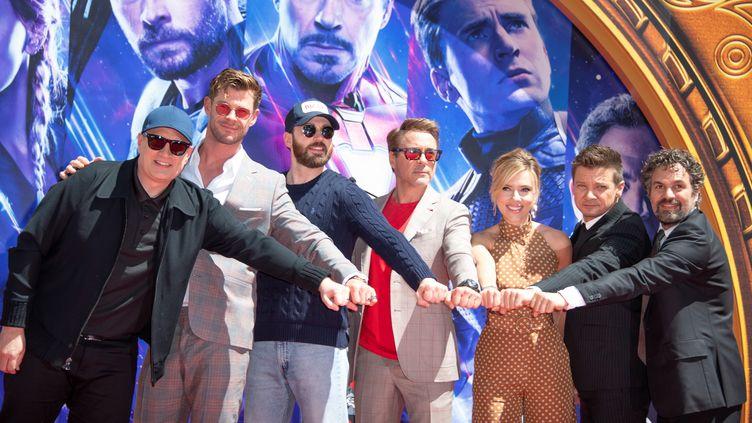 """De gauche à droite, le président de Marvel Studios Kevin Feige et les acteursChris Hemsworth, Chris Evans, Robert Downey Jr., Scarlett Johansson, Mark Ruffalo and Jeremy Renner d'""""Avengers : Endgame"""" à Hollywood (Californie), le 23 avril 2019. (VALERIE MACON / AFP)"""