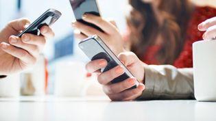 Selon une étude du Crédoc, publiée mardi 10 décembre 2013, les Français refusent de rogner sur leurs budgets mobiles et tablettes. (TARA MOORE / TAXI / GETTY IMAGES)