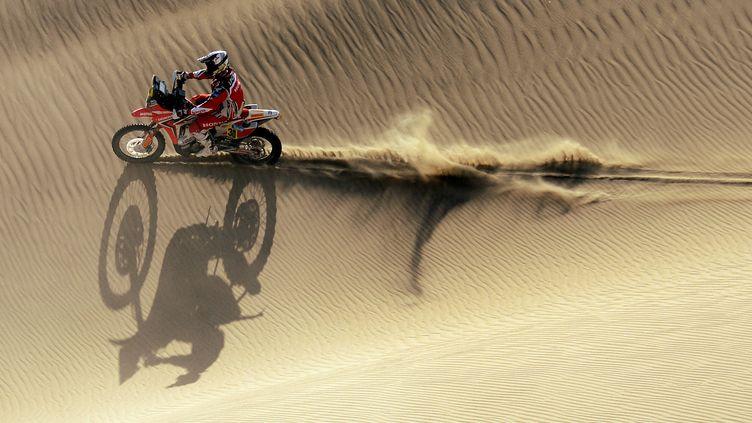 Le motard argentin Javier Pizzolito, sur la 2e étape du Dakar 2013, au Pérou, le 6 janvier 2013. (FRANCK FIFE / AFP)