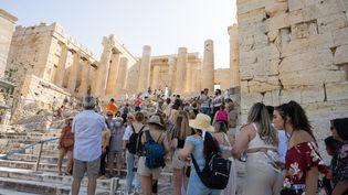 Des touristes visitant l'Acropole à Athènes. (SANDRINE MARTY / HANS LUCAS AFP)