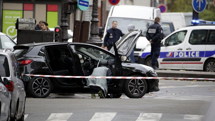Des policiers mènent les premières constatations sur l'une des voitures des commandos desattentats du 13-Novembre, retrouvée dans le 18e arrondissement de Paris, le 17 novembre 2015. (KENZO TRIBOUILLARD / AFP)