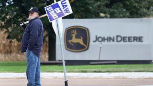 Un grèviste de chez John Deere, le fabricant de tracteurs, à Davenport (États-Unis). (SCOTT OLSON / GETTY IMAGES NORTH AMERICA)
