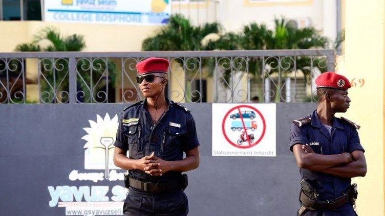 La police condamne l'accès au collège Yavuz Selim de Dakar, proche du mouvement Gülen, le 2 octobre 2017. (Seyllou/AFP)