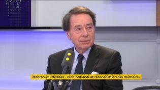 Jean-Noël Jeanneney, historien et ancien secrétaire d'Etat à la communication, était l'invité de Tout est politique, vendredi 10 novembre sur franceinfo. (FRANCEINFO / RADIOFRANCE)