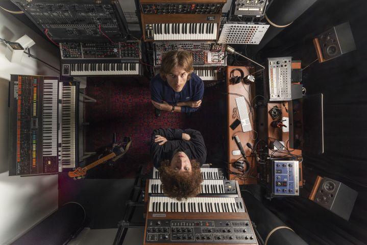 """Nicolas Godin (de Air) et Pierre Rousseau (de Paradis) dans le miniscule studio Ferber où a été enregistré en grande partie en 2019 l'album """"Concrete & Glass"""" de Nicolas Godin. (DAVID ZAGDOUN)"""