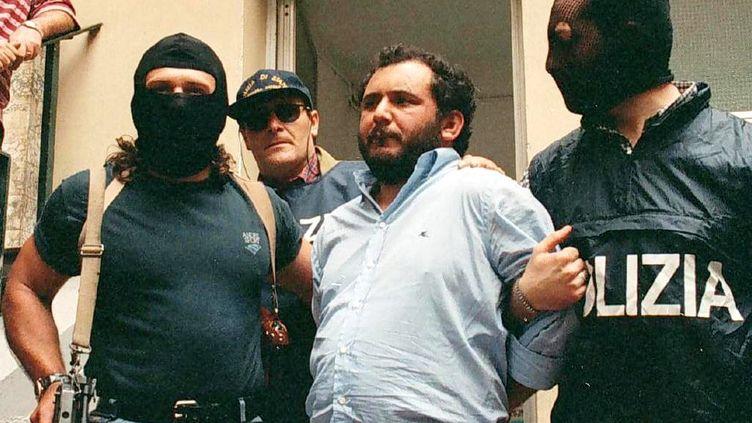 Photo d'archive de Giovanni Brusca (centre) à l'issue d'un interrogatoire à Palerme (Sicile, Italie) le 21 mai 1996 (LANNINO / ANSA)