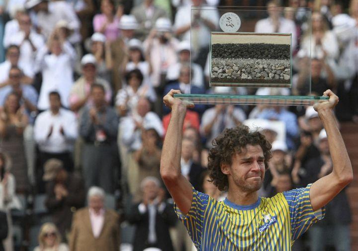 Gustavo Kuerten reçoit un trophée spécial pour son dernier Roland-Garros, le 25 mai 2008. (THOMAS COEX / AFP)