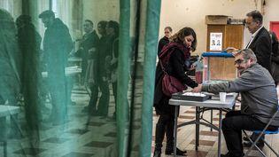 Des électeurs prennent part au second tour de la primaire de la gauche, le 29 janvier 2017 à Lyon. (JEFF PACHOUD / AFP)