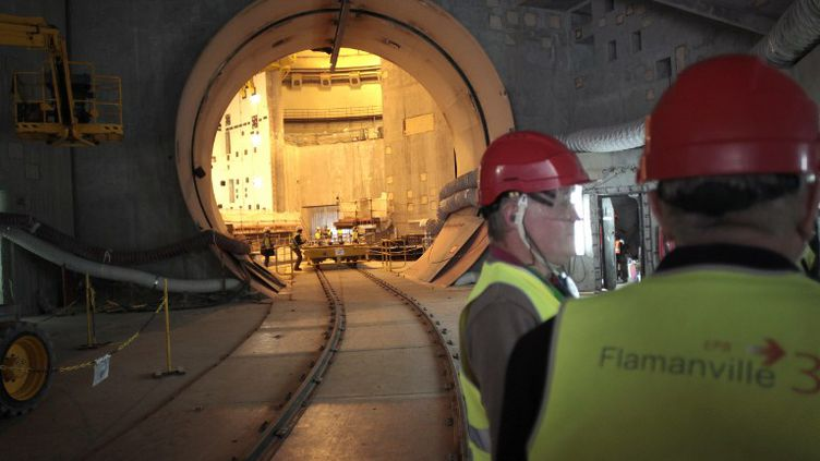 Des ouvriers sur le chantier de l'EPR de Flamanville (Manche), le 19 février 2014. (CHARLY TRIBALLEAU / AFP)