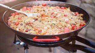 Une paella cuit dans une poelle. (Photo d'illustration) (MATT LINCOLN / AFP)