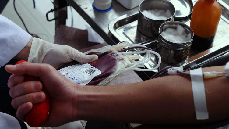 Un homme effectue une prise de sang, le 22 janvier 2011. (Photo d'illustration) (HOANG DINH NAM / AFP)