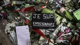 Des messages et des fleurs déposés en hommage à Samuel Paty devant le collège où enseignait le professeur assassiné, à Conflans-Sainte-Honorine (Yvelines), le 20 octobre 2020. (THOMAS MOREL-FORT / HANS LUCAS / AFP)