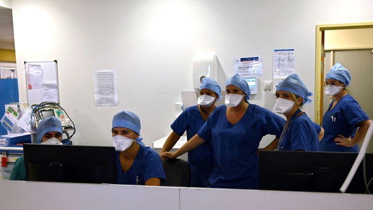Le personnel soignant à l'hôpital La Timone, à Marseille, le 25 septembre 2020. (CHRISTOPHE SIMON / AFP)