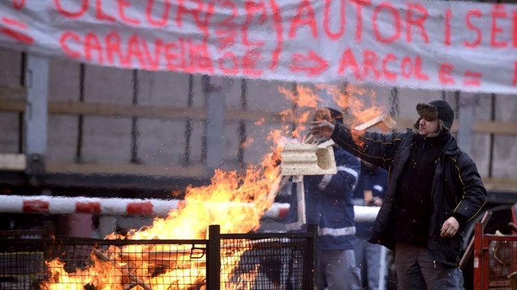 Des salariés du transporteur Mory Ducros bloquent l'accès à l'entreprise, à Vénissieux (Rhône), le 29 janvier 2014. (PHILIPPE DESMAZES / AFP)