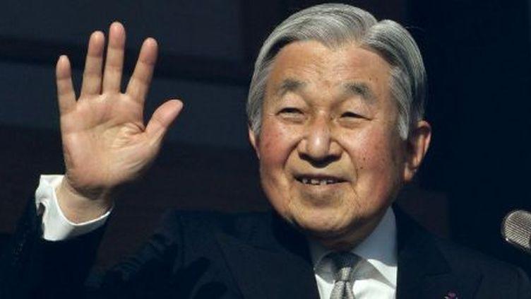 L'empereur japonais Akihito, 83 ans, sur le balcon du Palais Impérial à Tokyo, salue la foule à l'occasion de son discours de nouvelle année 2017.  (TOSHIFUMI KITAMURA / AFP)